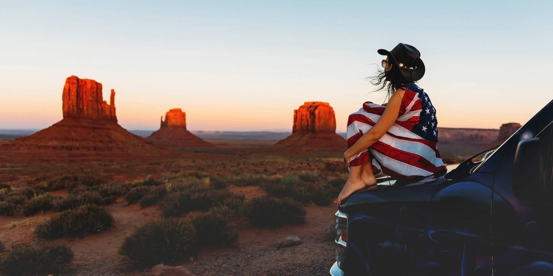 Femme admirant le coucher de soleil sur Monument Valley - Etas-Unis
