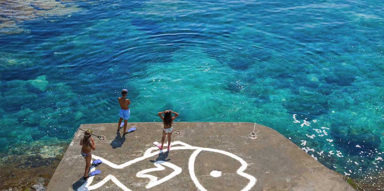Baignade en famille sur l'île d'Andros - Cyclades - Grèce