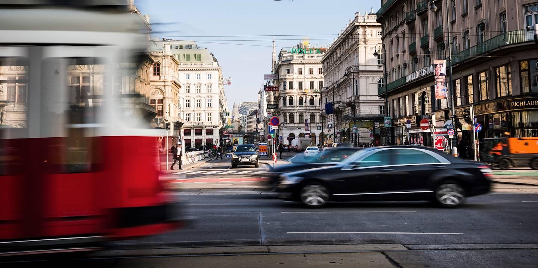 Scène de rue sur le carrefour Kärntner Strasse/Opernring - Vienne - Autriche