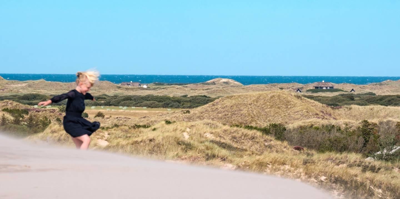 Enfant sur la dune mouvante de Rabjerg Mile - Jutland - Danemark