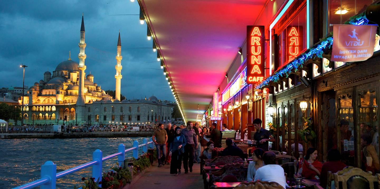 Restaurants sous le pont de Galata dans le quartier d'Eminönü - Istanbul - Turquie