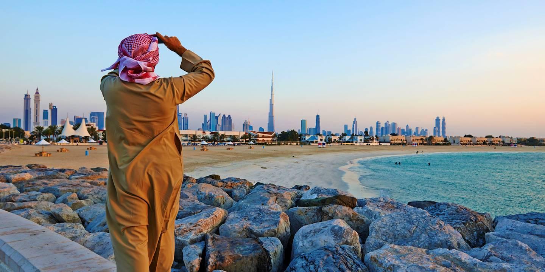 Vue sur la ville de Dubaï depuis la plage de Jumeirah - Emirats Arabes Unis