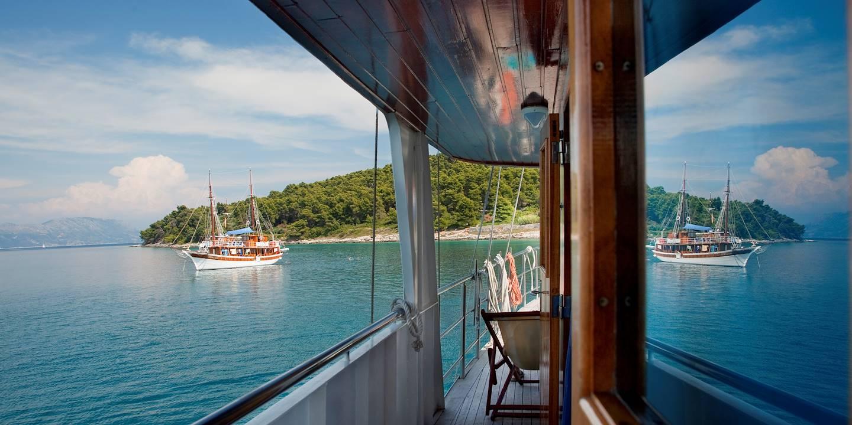 Bateau amarré dans une baie - Île de Korcula - Dalmatie - Croatie