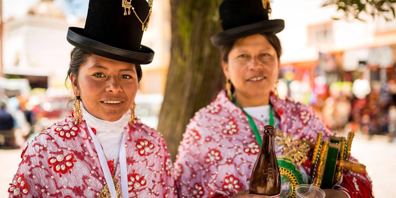 Danseuses en costume traditionnel - Copacabana - Lac Titicaca - Bolivie