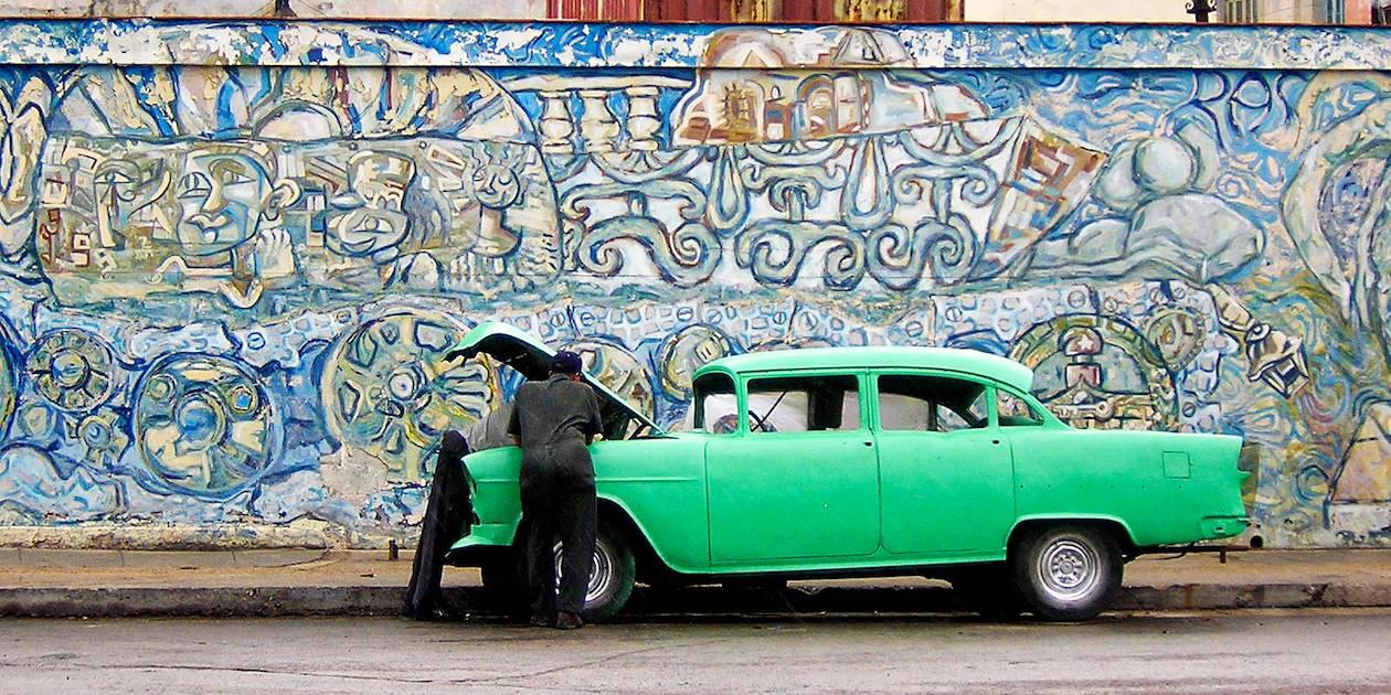 Panne d'une vieille voiture - Cuba