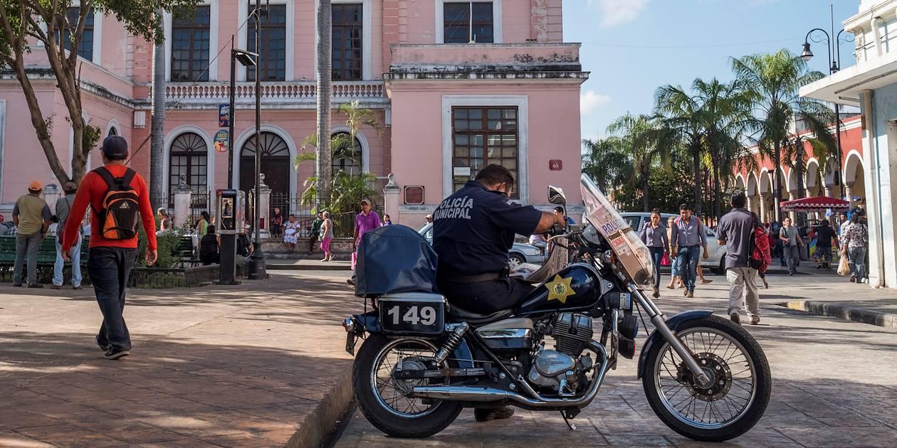 Motard patientant dans une rue de la ville - Merida - Yucatan - Mexique