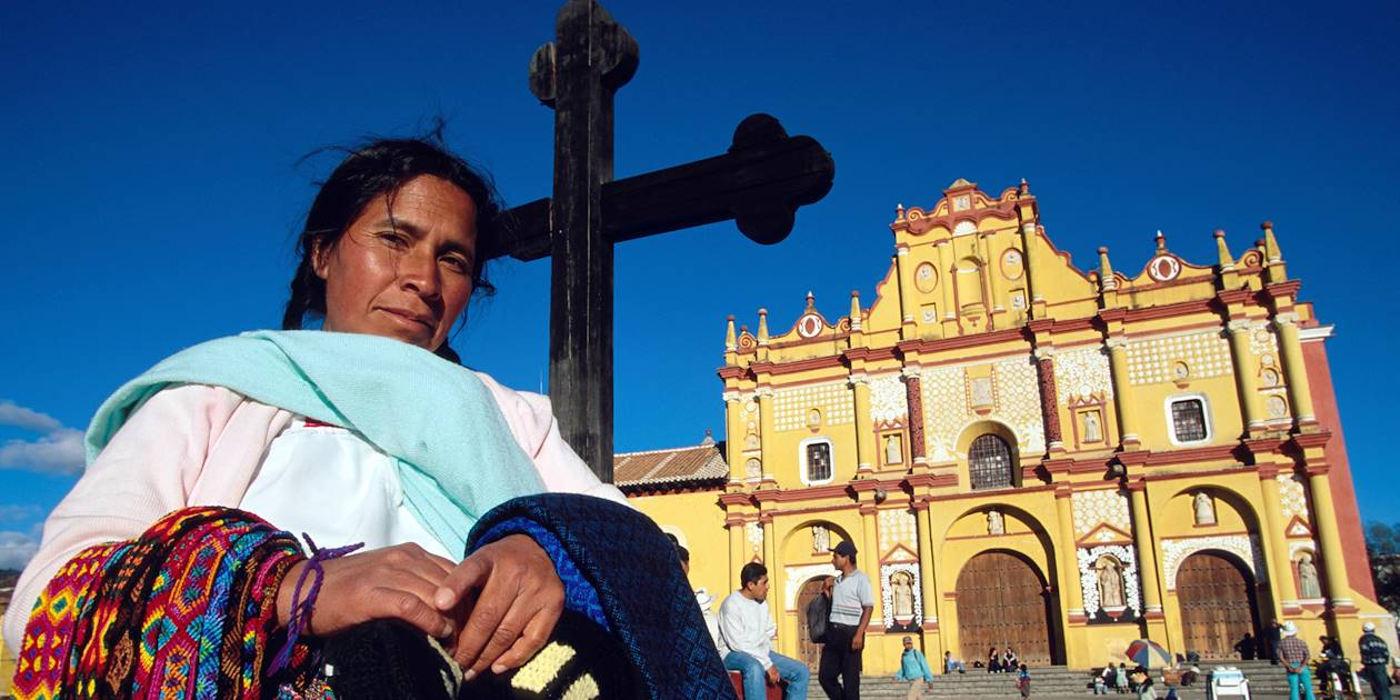 Femme devant la cathédrale de San Cristobal de las casas, état du Chiapas - Mexique