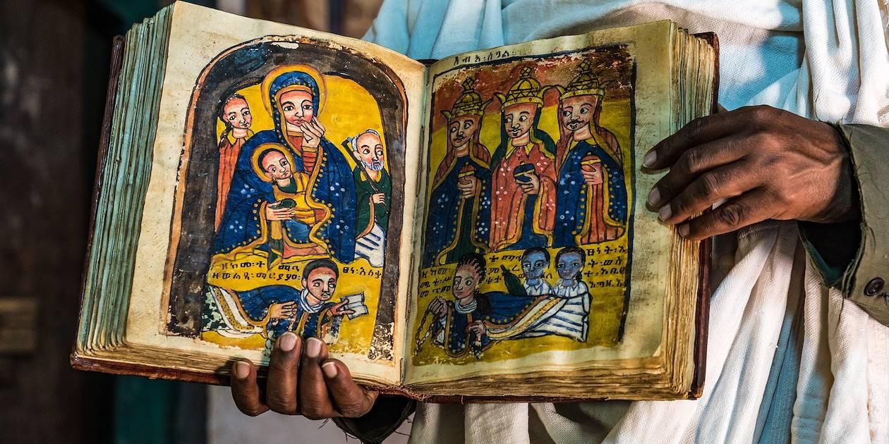Chrétien orthodoxe éthiopien tenant une relique - Lalibela - Région Amhara - Ethiopie