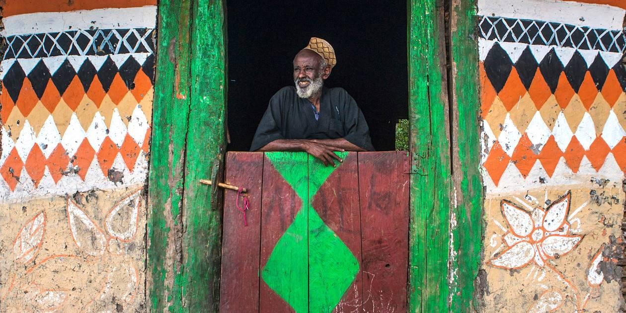 Homme dans sa hutte colorée - Alaba Kulito - Ethiopie