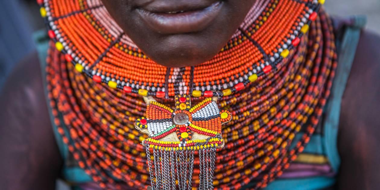 Détail de la parure tribale traditionnelle d'une femme - Éthiopie
