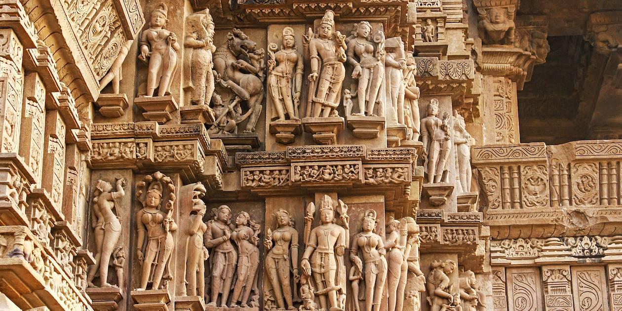 Détail des sculptures des dieux et déesses hindous sur le Temple de Khajuraho - Inde