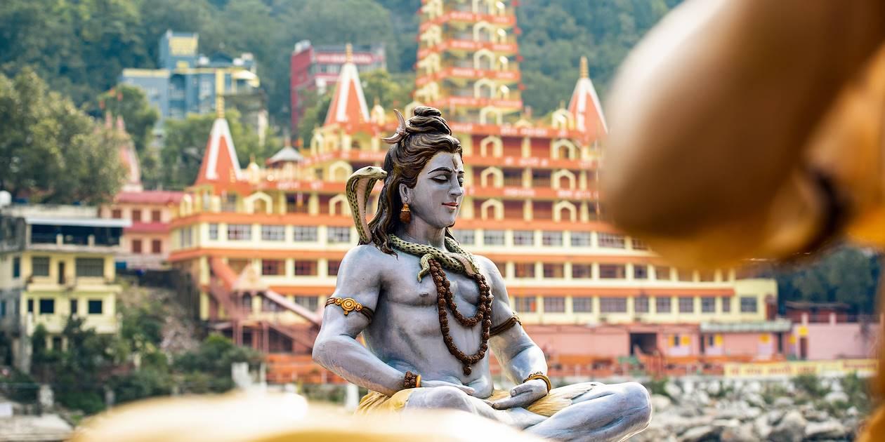 Statue du dieu Shiva, avec le temple Trimbakeshwar en arrière plan - Rishikesh - Inde