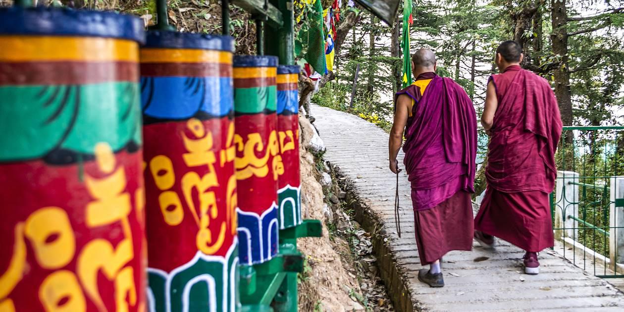 Moines tibétains devant des moulins à prières - Dharamsala - Inde