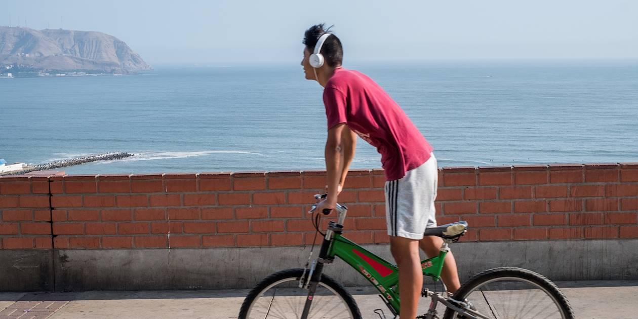 Scène de vie sur la côte Pacifique - Lima - Pérou