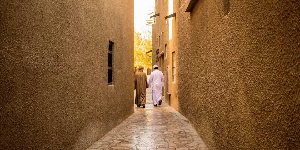 Deux hommes dans une ruelle de Bur Dubaï - Emirats Arabes Unis