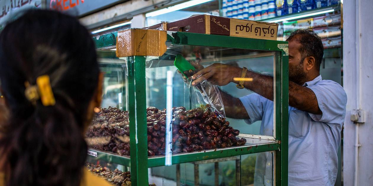 Le marché aux fruits et légumes : vendeur de dattes - Abou Dhabi - Emirats Arabes Unis
