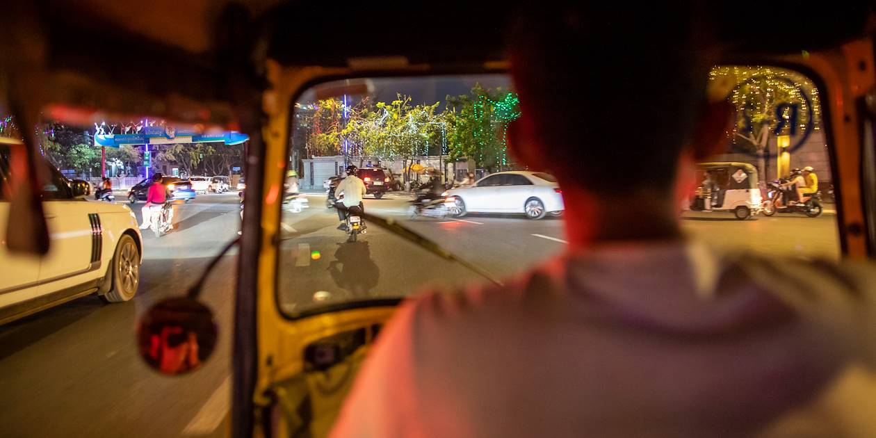 Phnom Penh en tuk-tuk, by night - Cambodge