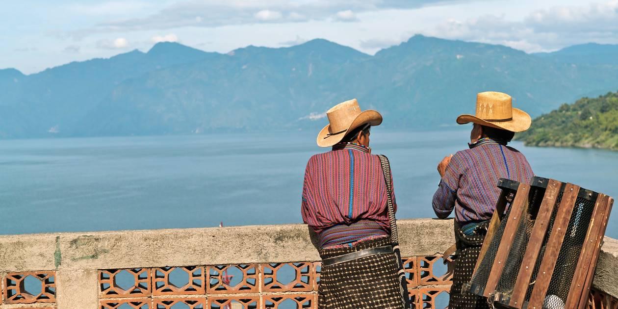 Homme devant le lac Atitlán - Département de Solola - Guatemala