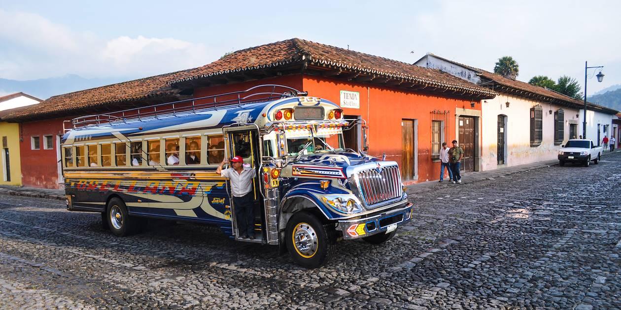 Bus coloré à Antigua - Sacatepequez - Guatemala