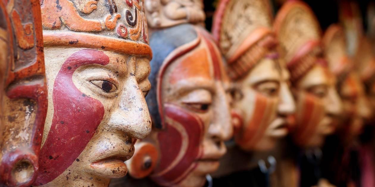 Masques mayas sur un marché - Guatemala