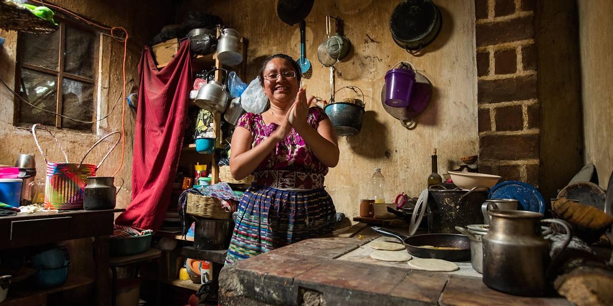Femme cuisinant des tortillas à San Juan La Laguna - Guatemala