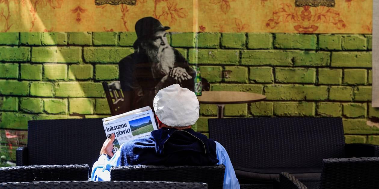 Lire son journal en terrasse - Cetinje - Monténégro
