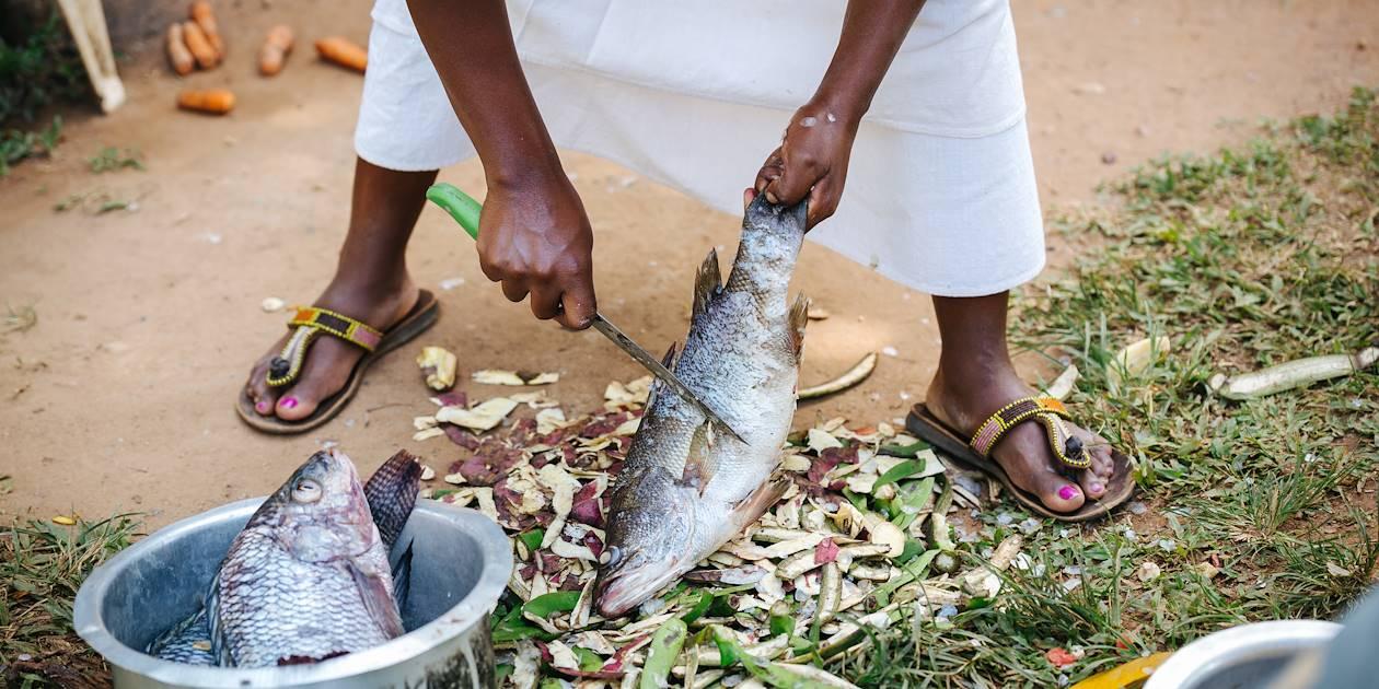 Femme préparant le poisson - Ouganda