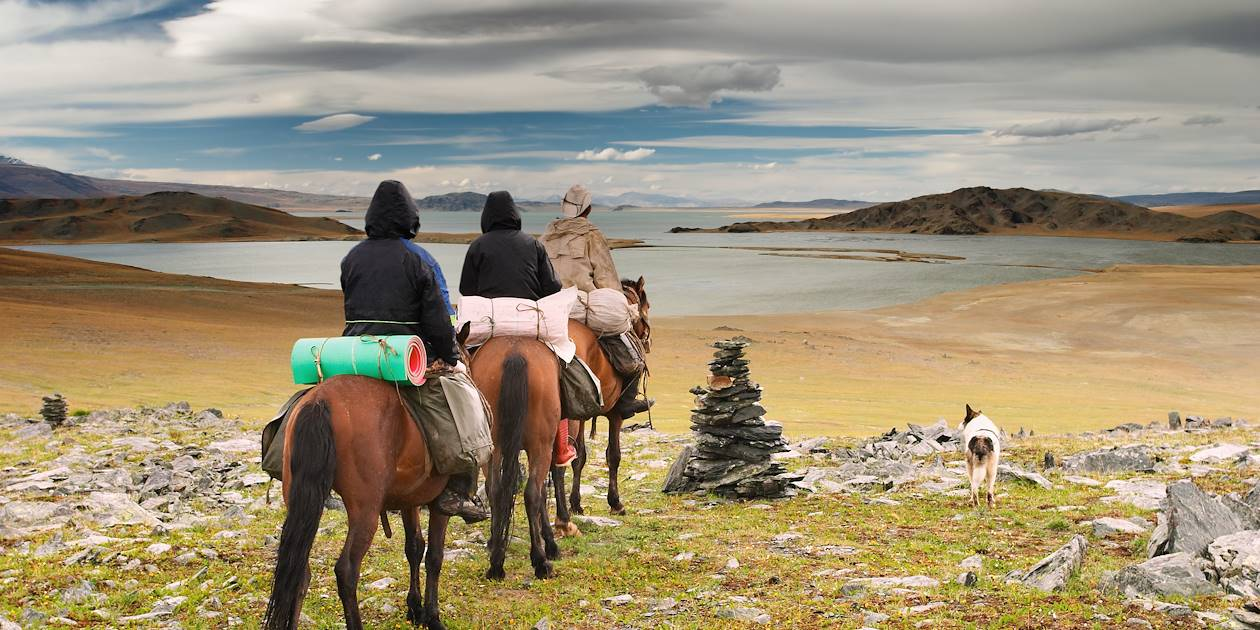 Cavaliers à travers la nature sauvage islandaise
