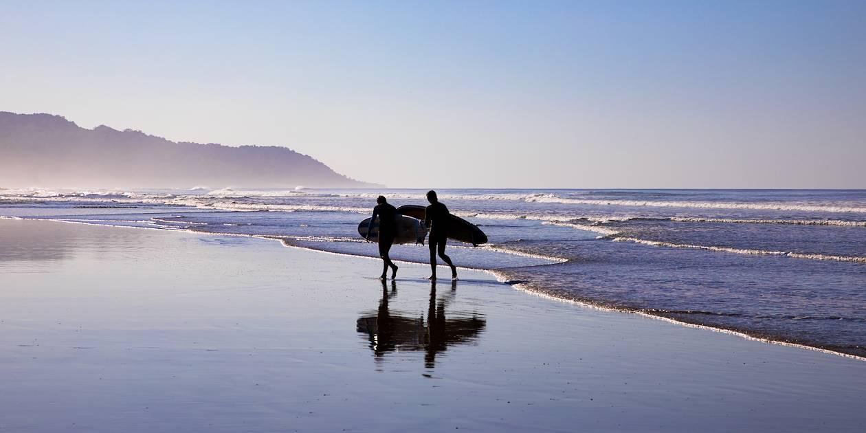Surfeurs sur la plage Santa Teresa - Puntarenas - Costa Rica