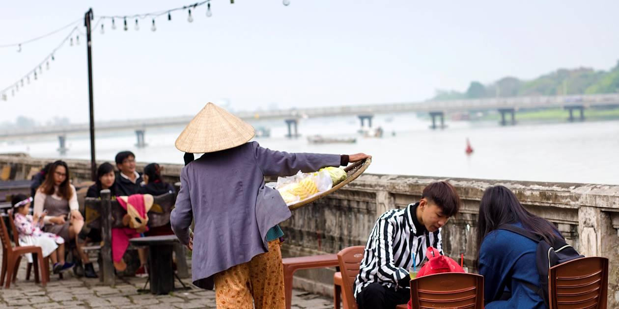 Buvette le long du fleuve Song Huong (Rivière des Parfums) - Hué - Vietnam