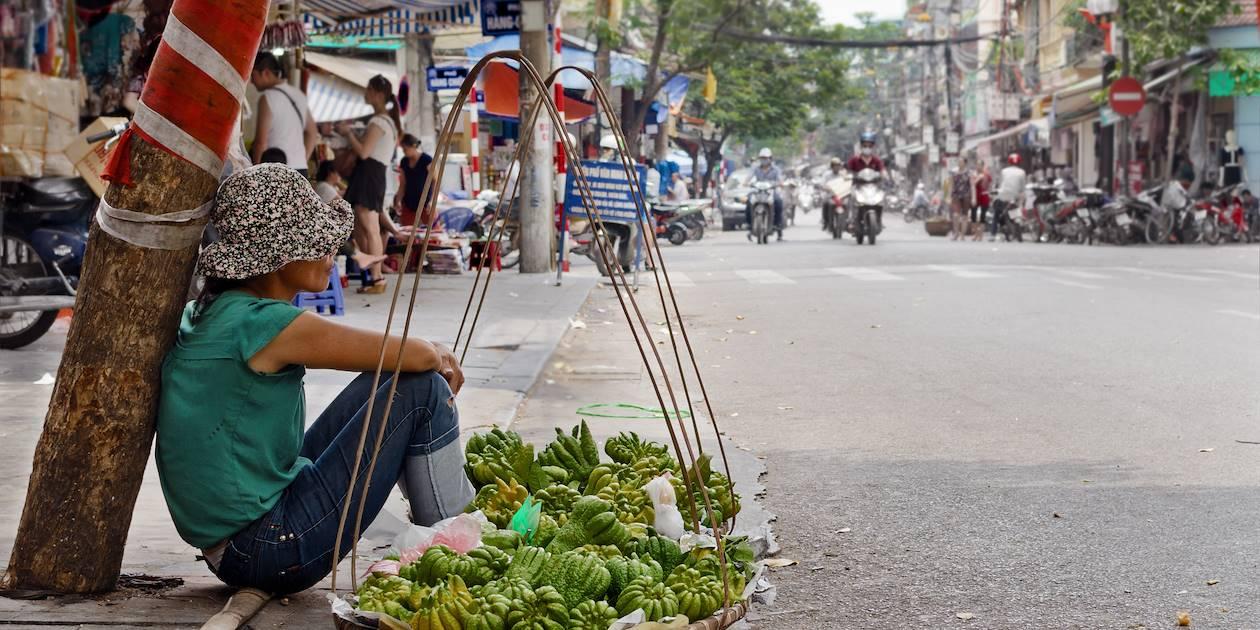 Vendeur de fruit dans la rue - Vietnam