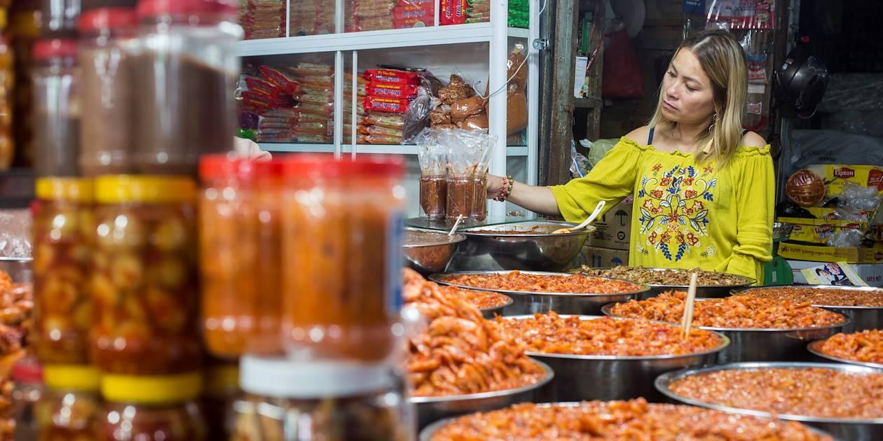 Marchande de crevettes et autres condiments sur le marché Dong Ba - Hué - Vietnam