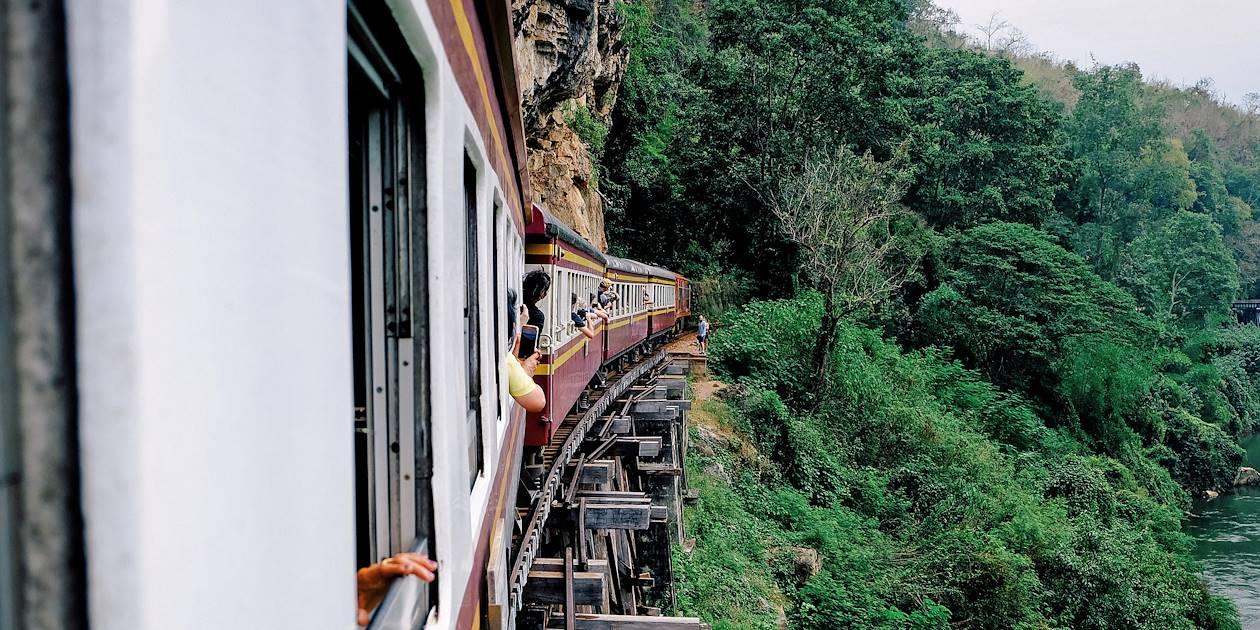 """À bord d'un train sur le """"chemin de fer de la mort"""" - Kanchanaburi - Thaïlande"""