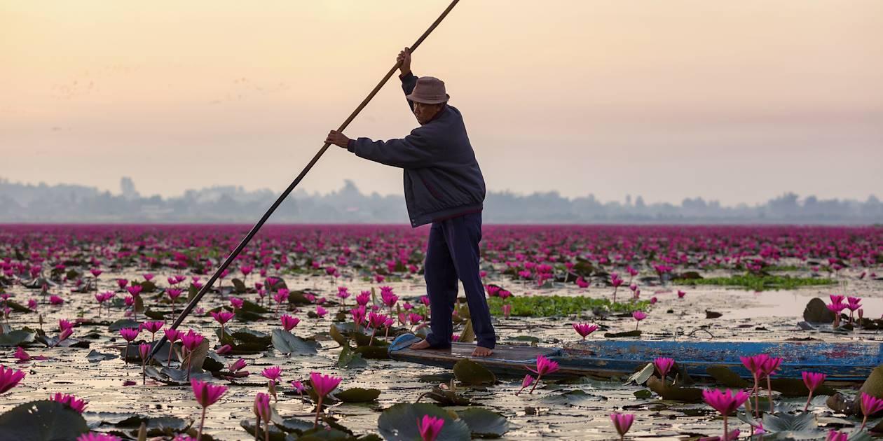 Pêcheur sur le lac aux Lotus Rouges - Udon Thani - Thaïlande