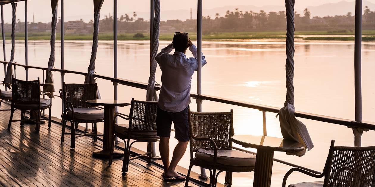 Vue sur les rives du Nil depuis le pont du Steam Ship Sudan - Égypte