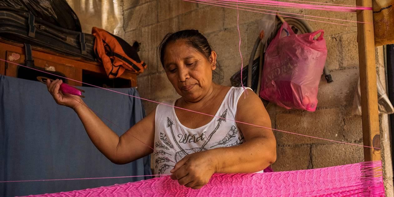 Une femme maya réalise un hamac - Yaxuna - Yaxcaba - Yucatan - Mexique