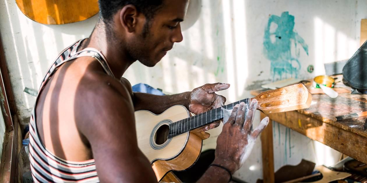 Fabrication du cavaquinho à Mindelo - Île de Sao Vicente - Cap Vert