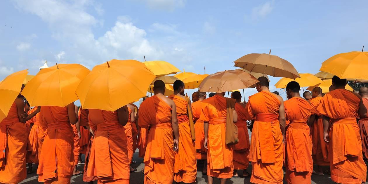 Groupe de moines se protégeant du soleil - Cambodge