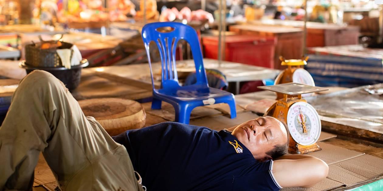 Sieste à Khua Din Market, le marché de la ville - Vientiane - Laos