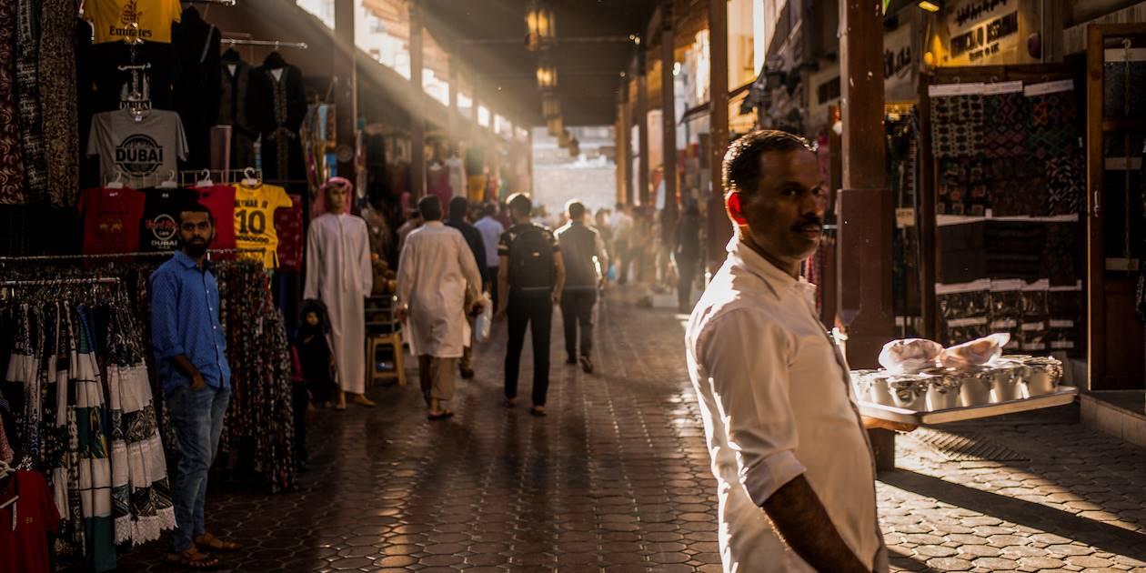 Scène de vie dans une rue commercante - Dubaï - Emirats Arabes Unis