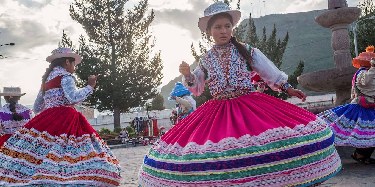 Danse traditionnelle du Wititi, sur la place du village - Yanque - Canyon du Colca - Pérou