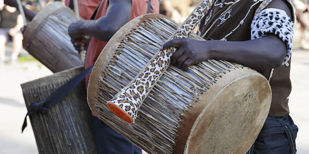 Musiciens jouant du tambour en costumes traditionnels - Kenya