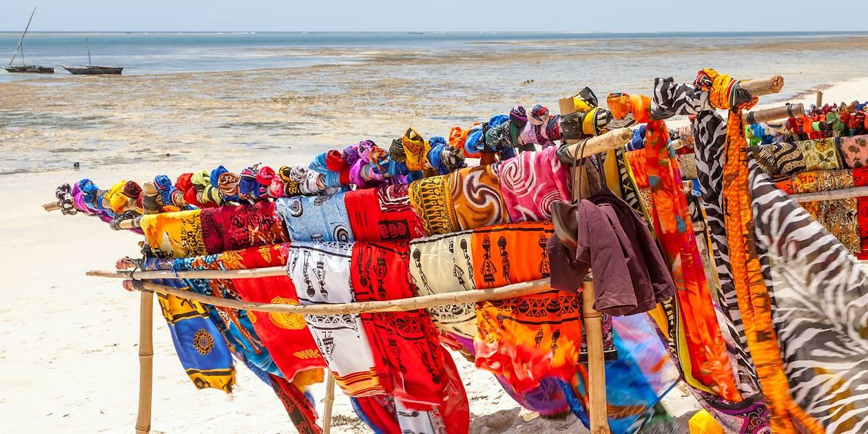 Écharpes colorées vendues sur la plage - Kenya