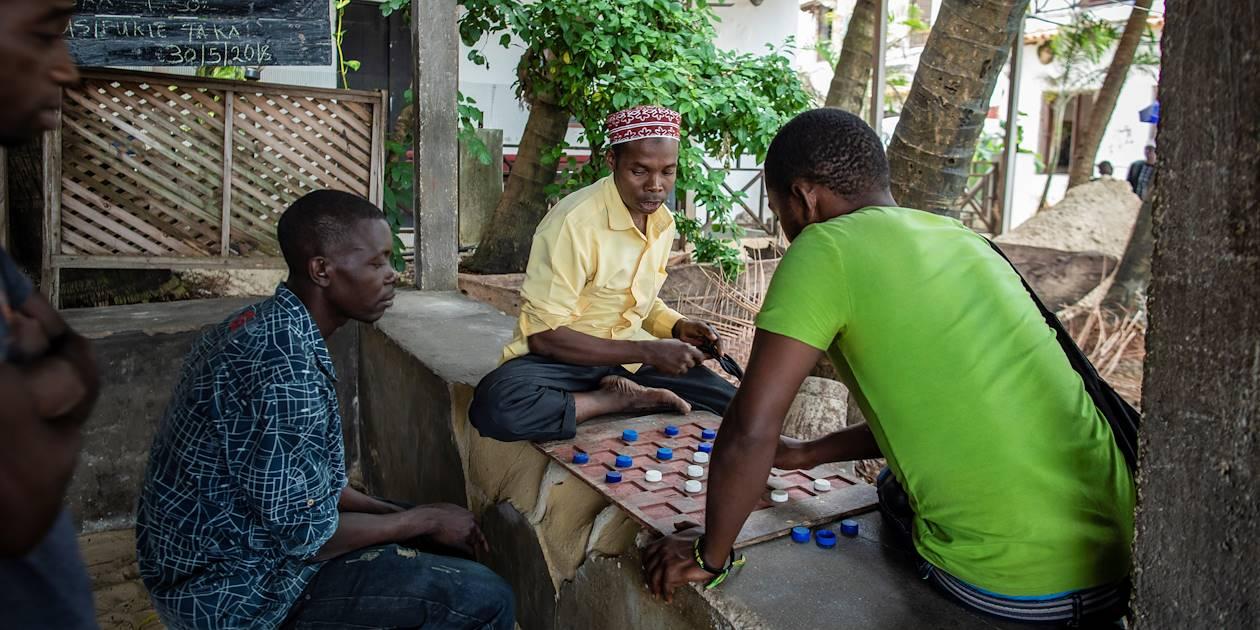 Groupe d'hommes jouant aux Dames dans la rue - Stone Town - Zanzibar Vieille Ville - Tanzanie