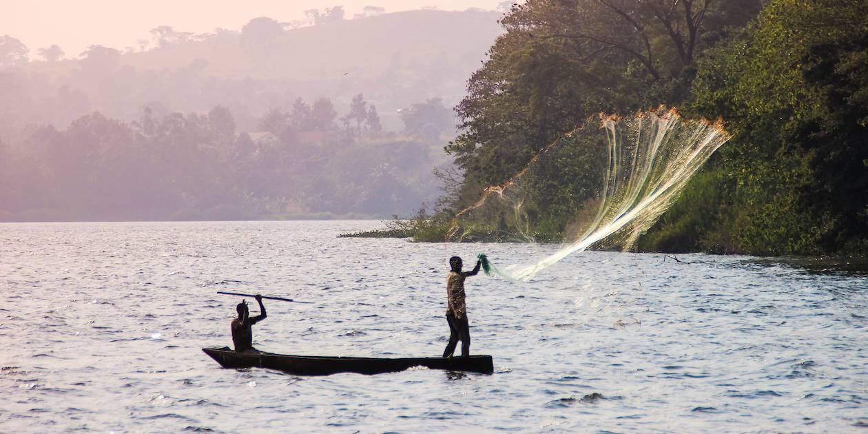 Pêcheurs sur une embarcation traditionnelle - Lac Victoria - Tanzanie