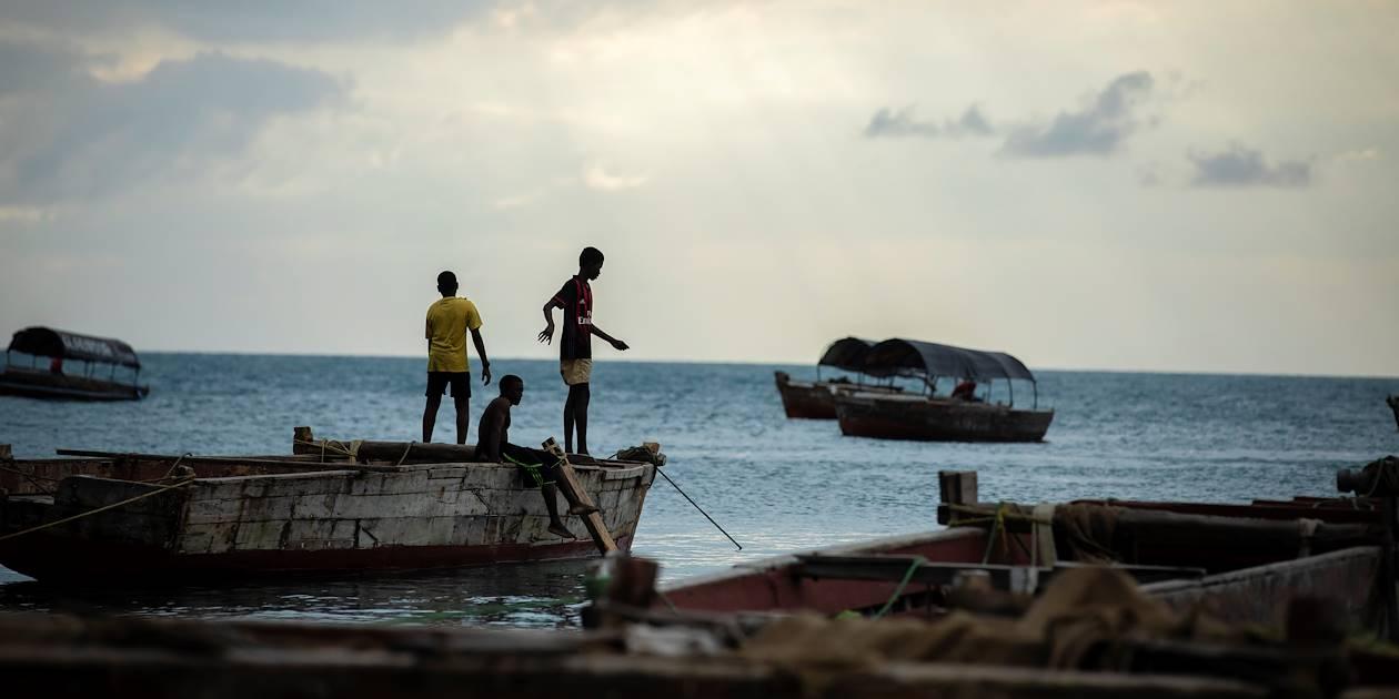Jeunes hommes jouant sur les bateaux - Stone Town - Zanzibar Vieille Ville - Tanzanie