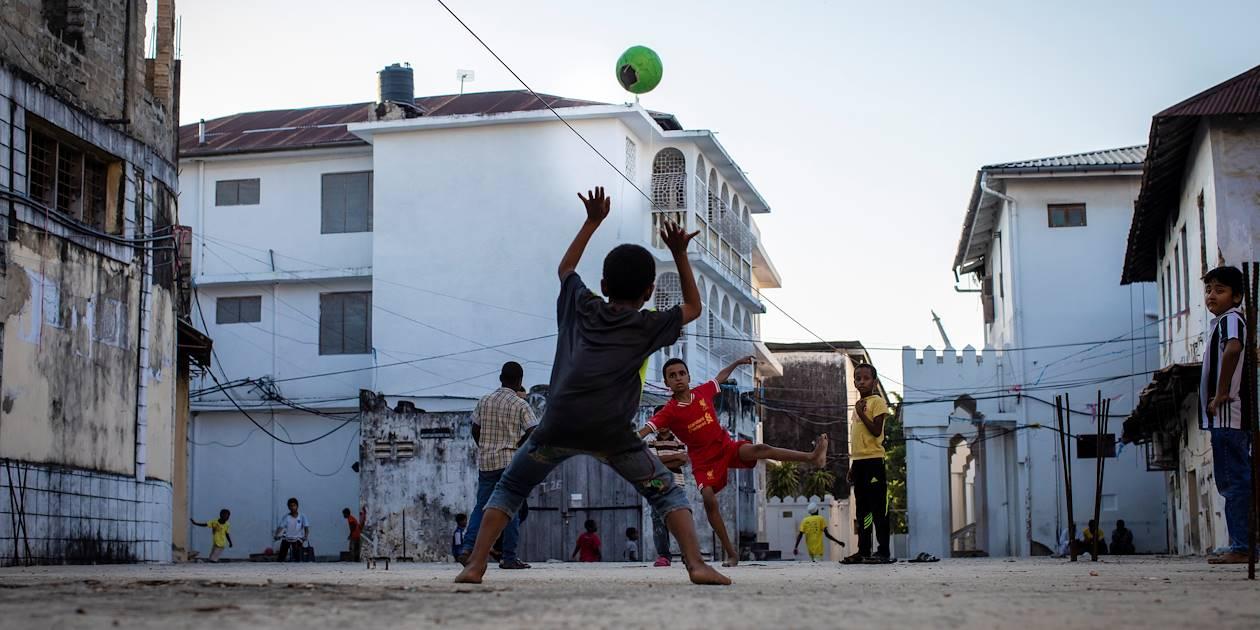 Enfants jouant dans les rues de la ville - Stone Town - Zanzibar Vieille Ville - Tanzanie