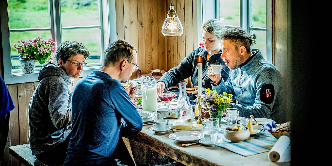 Repas entre amis dans un refuge de montagne - Norvège
