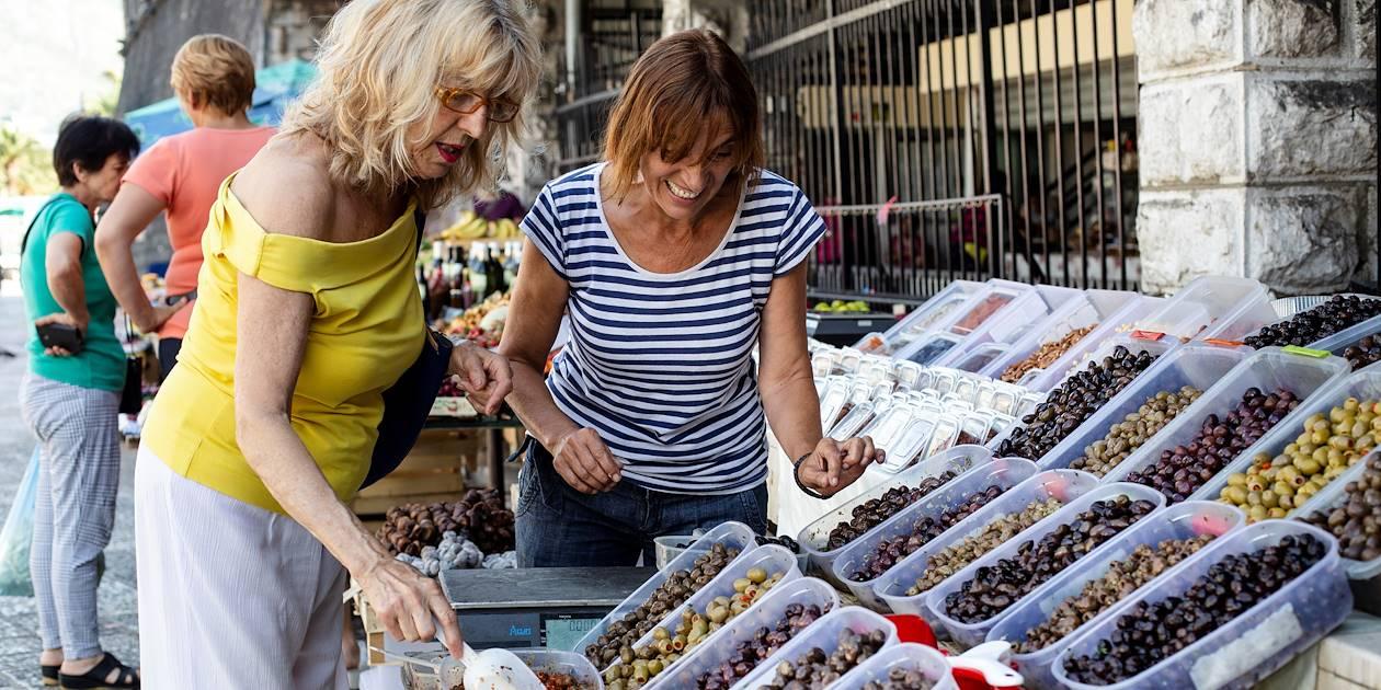 Marchande d'olives sur le marché de Kotor - Monténégro