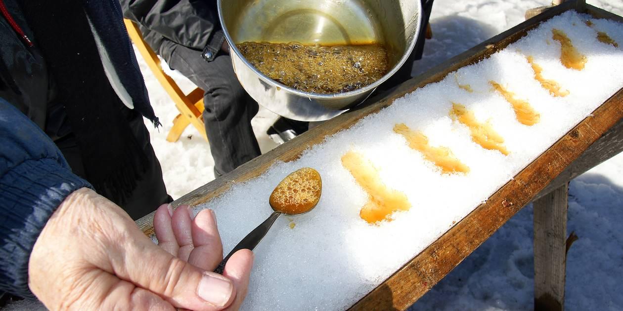 Préparation de la traditionnelle et succulente tire d'érable sur neige - Canada
